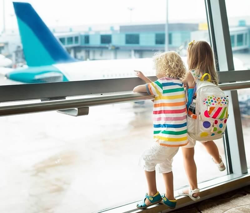 Crianças olhando avião