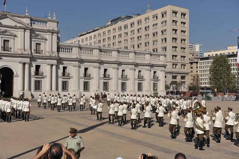 Troca de guardas no Palácio La Moneda no Chile