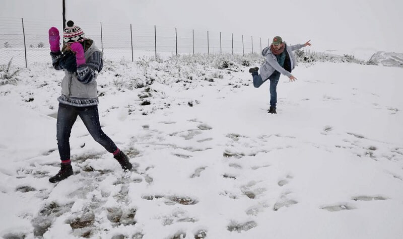 Pessoas brincando na neve