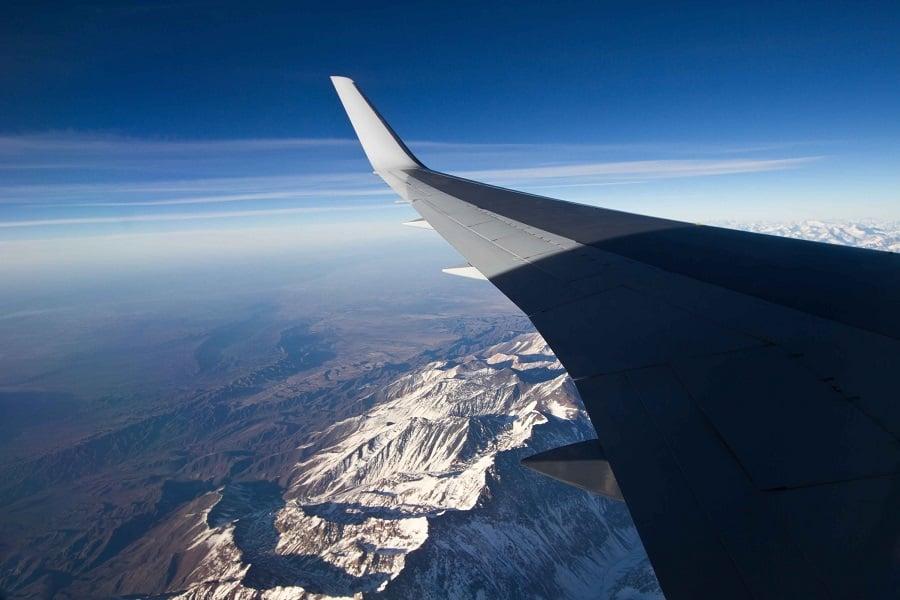 Avião sobrevoando Santiago do Chile