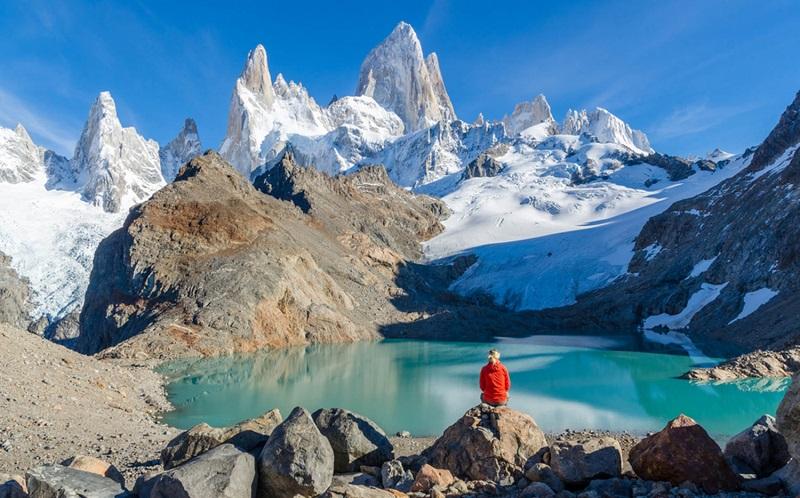 Turista apreciando vista em passeio pelo Chile