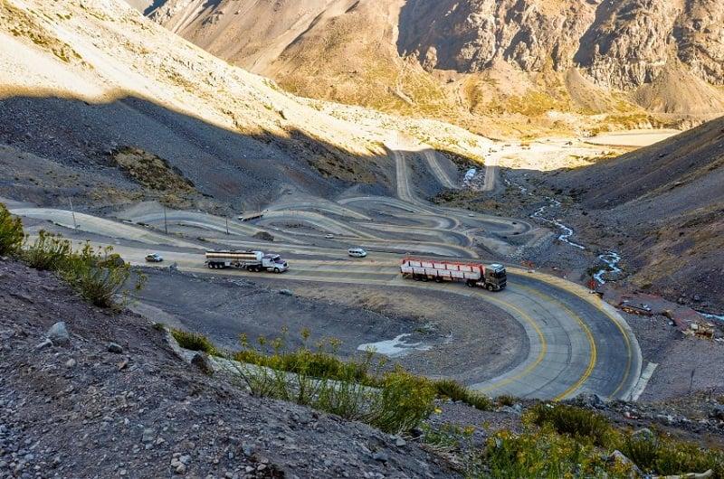 Veículos em estrada próxima a Cordilheira dos Andes
