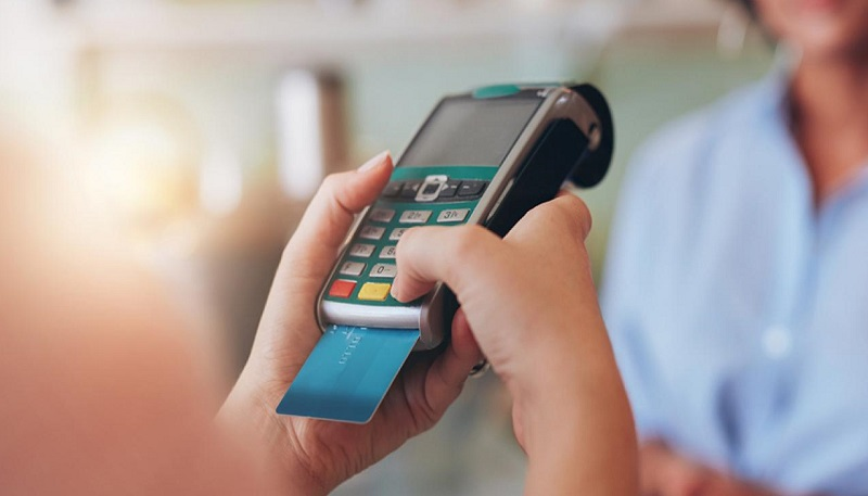 Passando cartão de crédito na maquininha