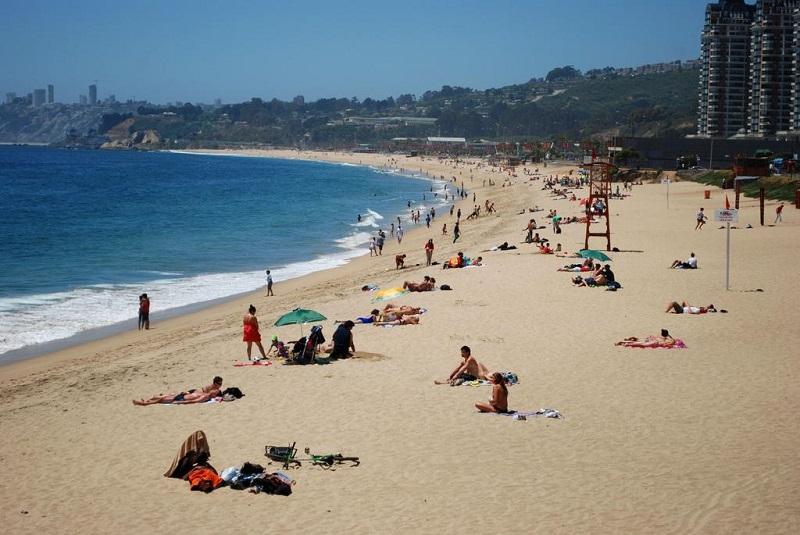 Turistas em faixa de areia de praia - Viña del Mar