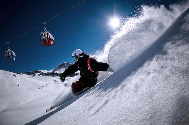 Pessoa esquiando em estação do Chile