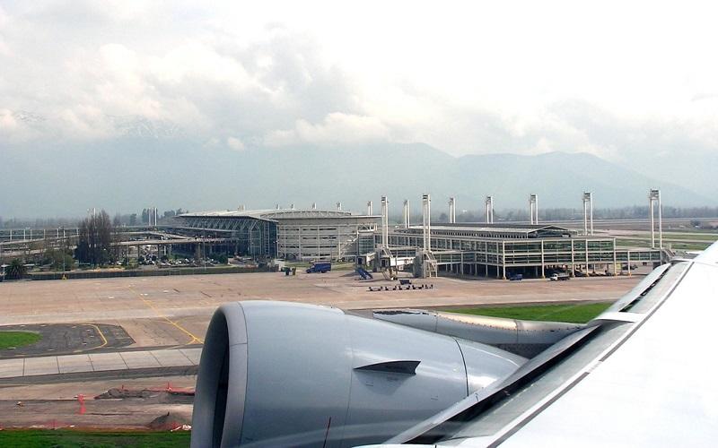Avião em aeroporto de Santiago