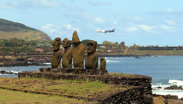Quanto custa uma passagem aérea para a Ilha de Páscoa: Moais e avião sobrevoando a Ilha de Páscoa