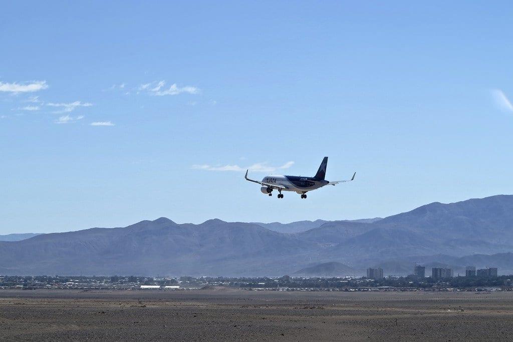 Avião sobrevoando a cidade de Calama, no Chile
