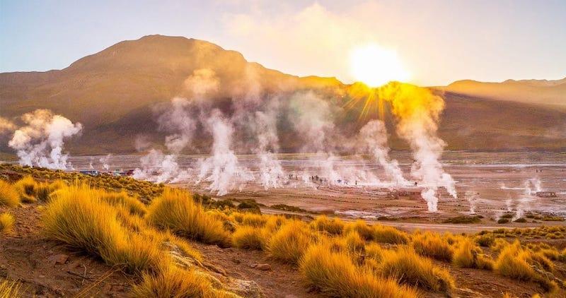 Geyser del Tatio em San Pedro de Atacama no Chile: colunas de fumaça