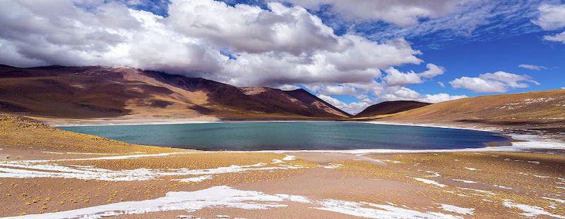 Salar de Tara em San Pedro de Atacama no Chile: lagoa