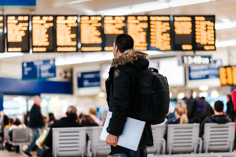 Turista olhando voo em aeroporto