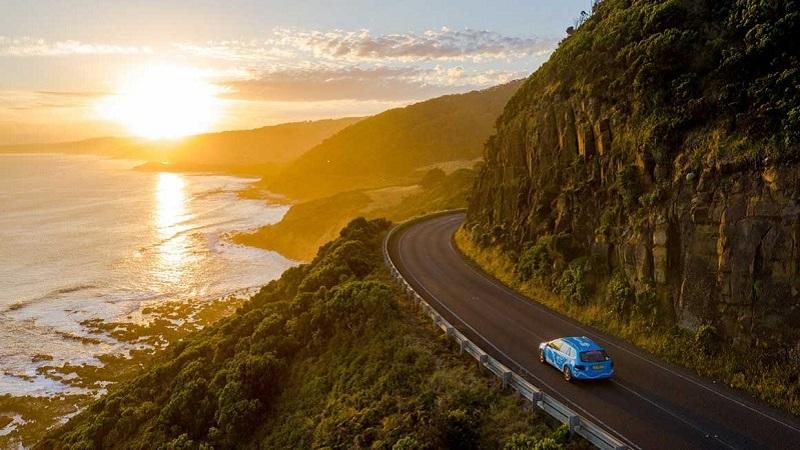 Carro em estrada chilena